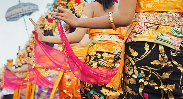 indonesia_bali_dancers-girls-traditional-costumes-sarongs